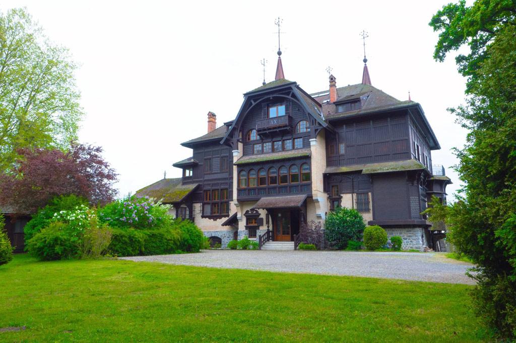 Летом текущего года дом впервые за 50 лет выставили на аукцион за $48 млн. Однако аукцион не состоялся, и в 14 сентября особняк снова будут продавать — уже за $30 млн