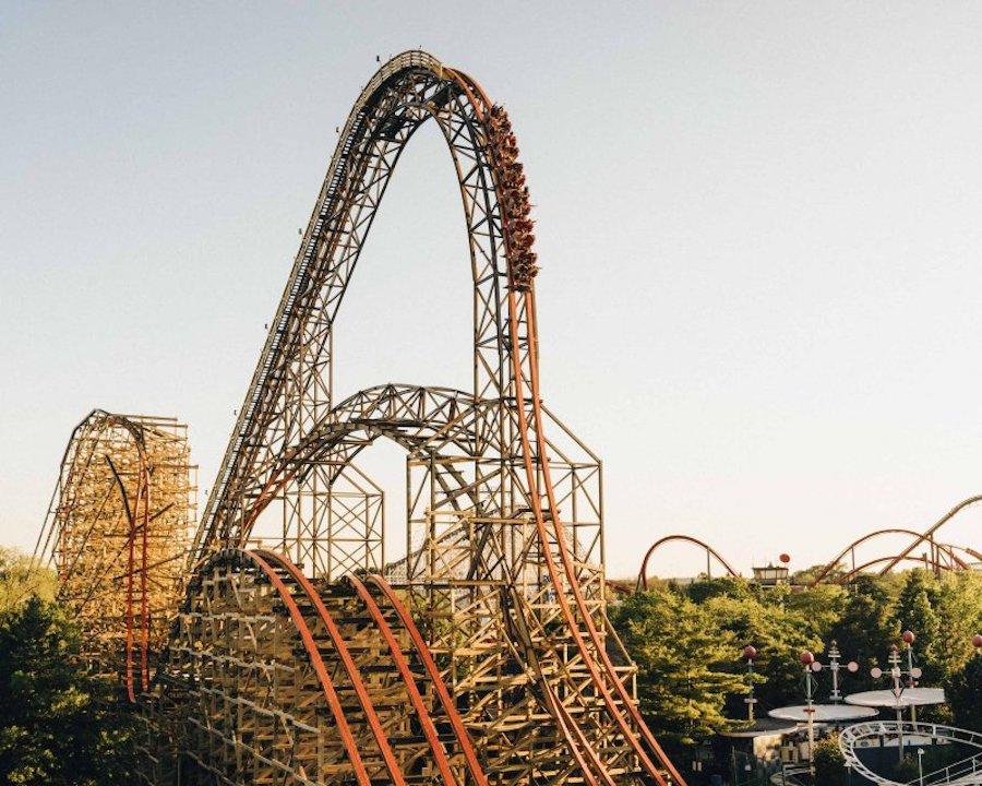 На некоторых аттракционах высота сначала набирается, а потом резко сбрасывается, вызывая ощущение свободного падения или невесомости. Горки Goliath (Six Flags Great America)