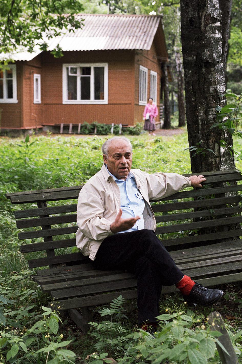 Писатель Анатолий Рыбаков на даче в Переделкине. 1987 год