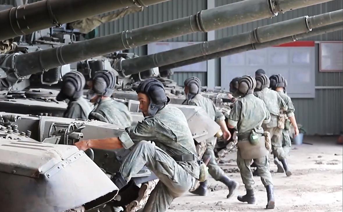 Экипажи танков Т-72 в рамках внезапной проверки войск