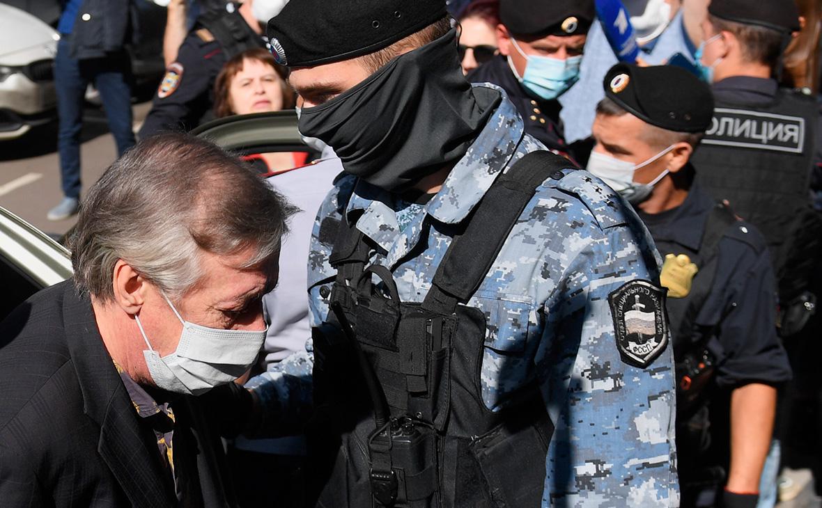 Михаил Ефремов у здания Пресненского суда города Москвы