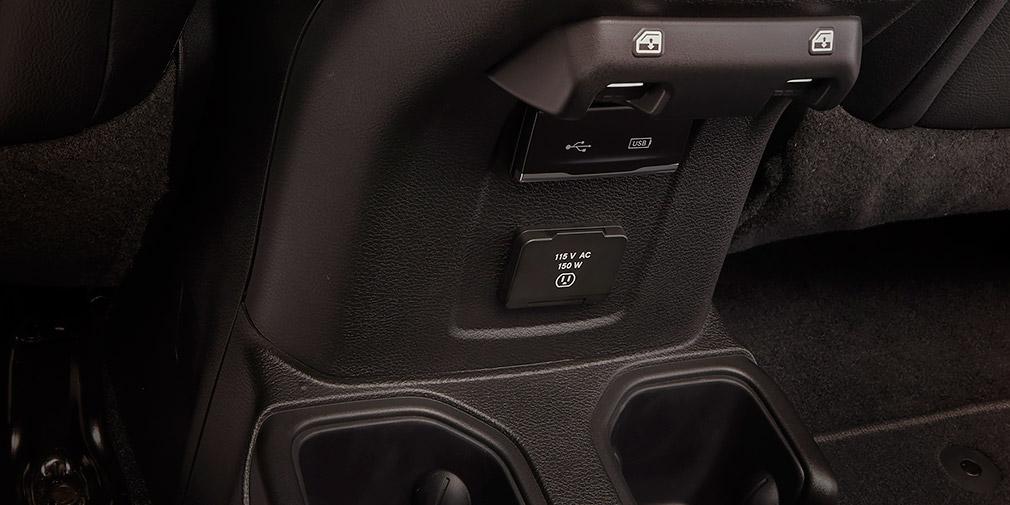 Пассажирам второго ряда предложены свои подстаканники, USB-разъем и розетка. Оперировать стеклоподъемниками здесь уже неудобно.
