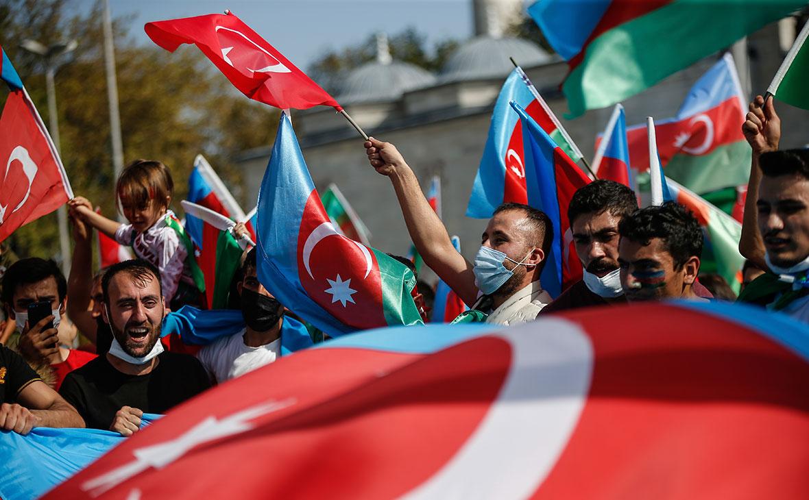 Демонстранты c флагами Турции и Азербайджана во время акции протеста против Армении в Стамбуле, Турция