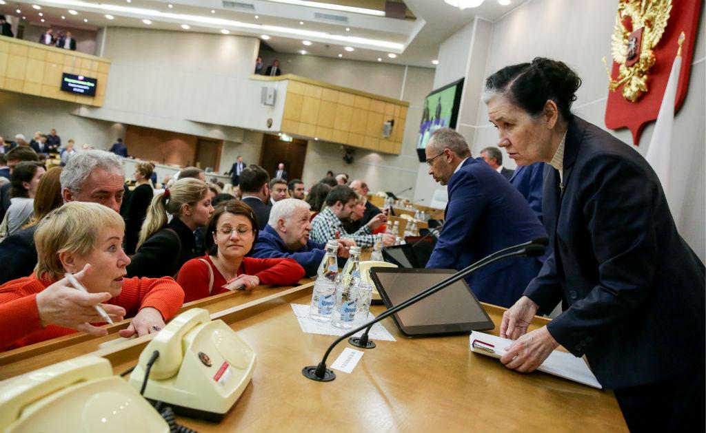 Председатель комитета Госдумы пожилищной политике ижилищно-коммунальному хозяйству Галина Хованская (справа)
