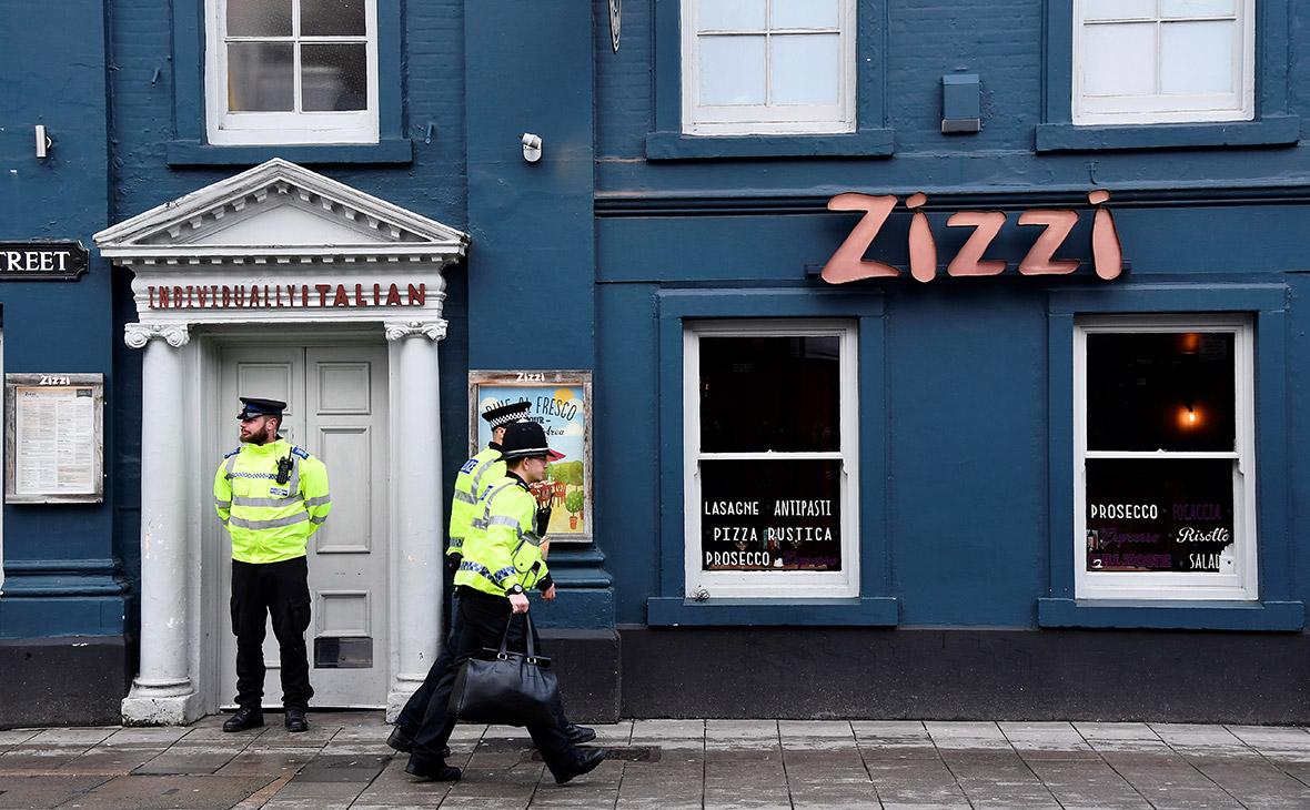Полицейские у ресторанав британском Солсбери