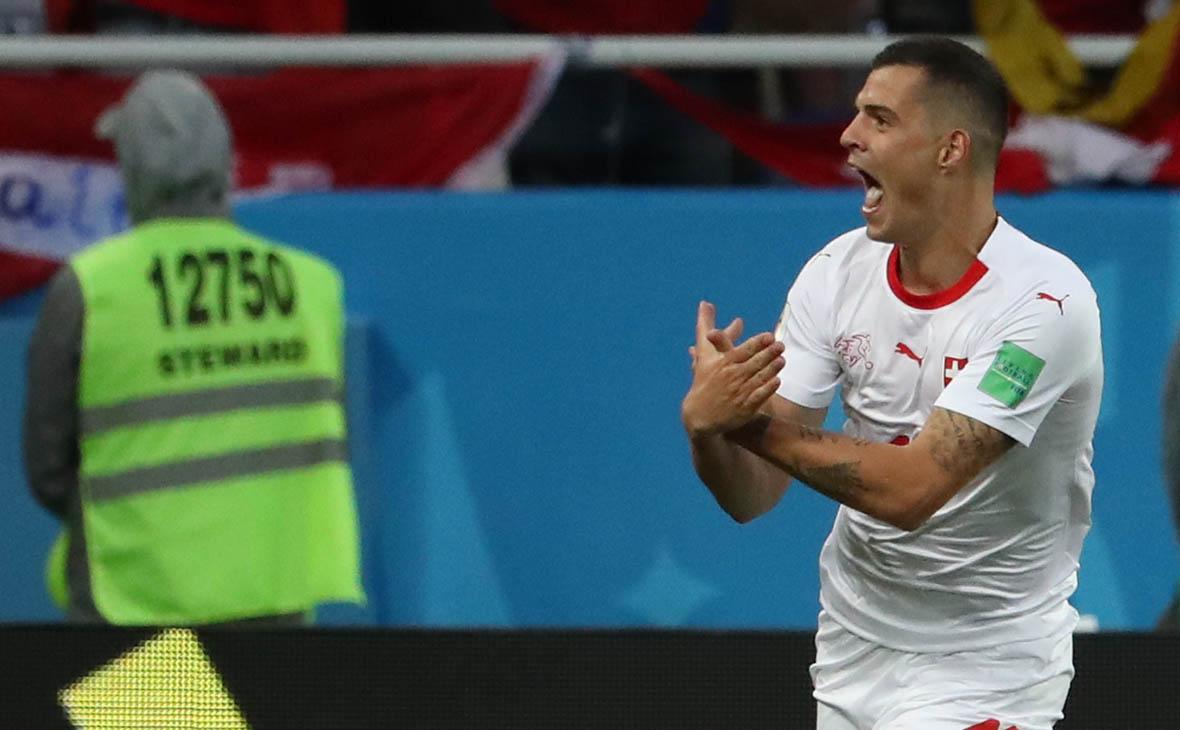 Гранит Джака (Швейцария) радуется забитому голу в матче группового этапа чемпионата мира по футболу между сборными Сербии и Швейцарии
