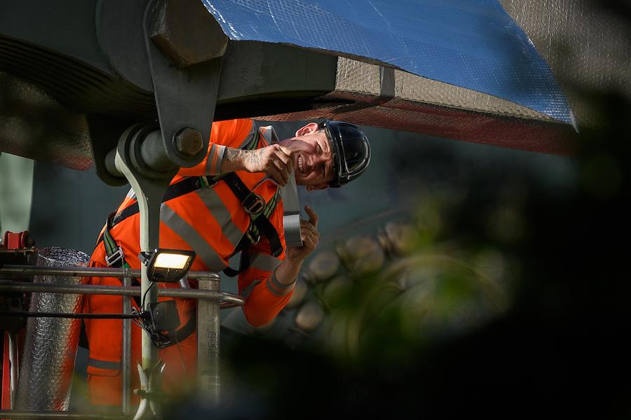 Инженер-строитель осматривает аварийный мост Хаммерсмит в Лондоне, сентябрь 2020 года