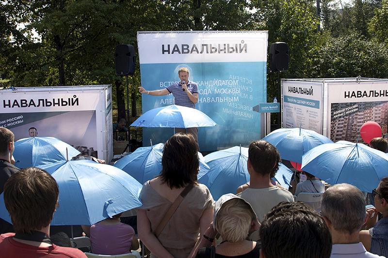 Избираться. Получив условный срок по делу «Кировлеса» в июле 2013 года, Навальный лишился права участвовать в выборах в течение десяти лет после погашения или снятия судимости. Теперь он сможет пойти на выборы только в 2028 году. Единственная кампания, в которой он участвовал, — по выборам мэра Москвы в 2013 году (на фото)— завершилась до вступления приговора в законную силу. Тогда в первом туре победил Сергей Собянин