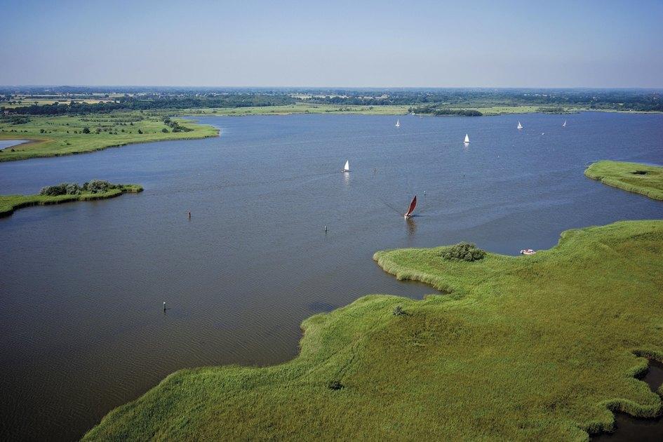 При желании выставленную напродажу территорию можно разделить напять лотов. Самый крупный занимает 238га, изкоторых 100 га—это реки, озера, болотаизаболоченная местность