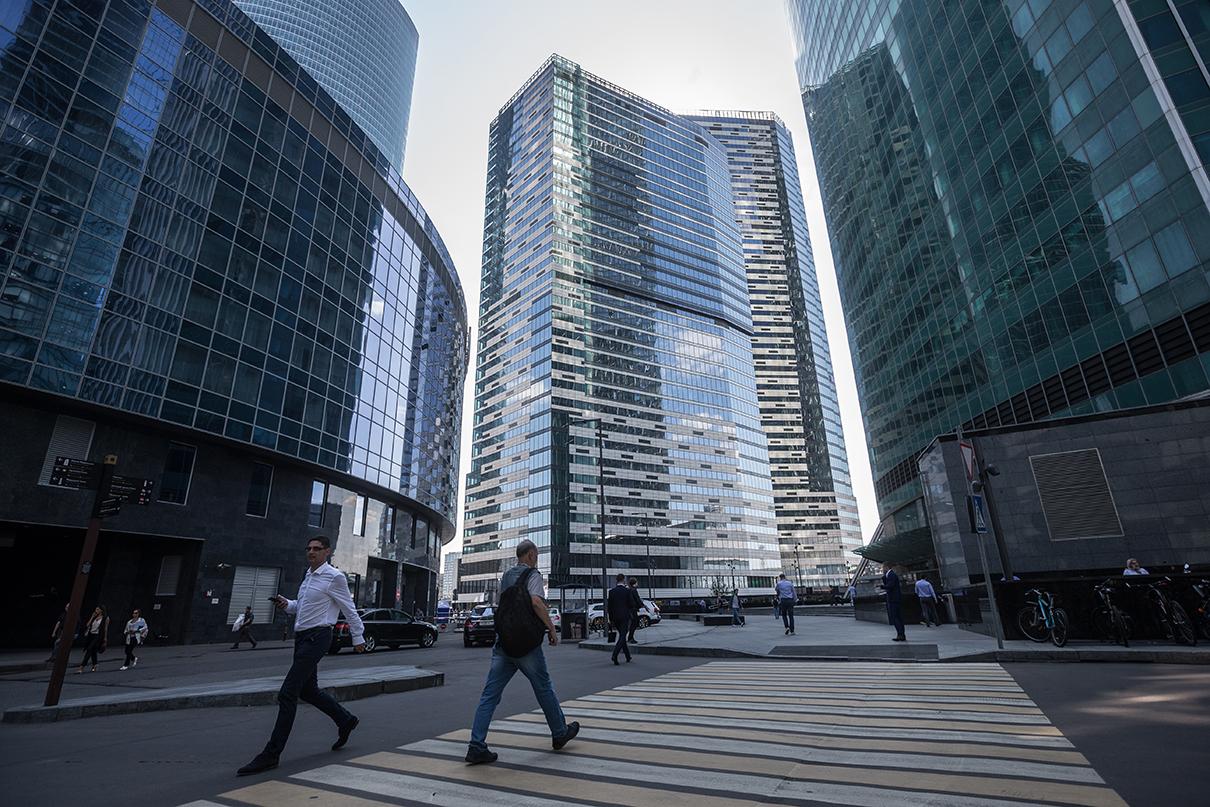 Вид на комплекс небоскребов «IQ-квартал» в Московском международном деловом центре «Москва-Сити».МФК «IQ-квартал» общей площадью 228 тыс. кв. м образуют три башни переменной этажности (21, 33, 42 этажа) и многофункциональный терминальный комплекс. В двух зданиях высотой 33 и 42 этажа расположены офисы класса Аобщей площадью 129 тыс. кв. м. В третьей жилой башне (21 этаж) располагается 207 апартаментов премиального класса