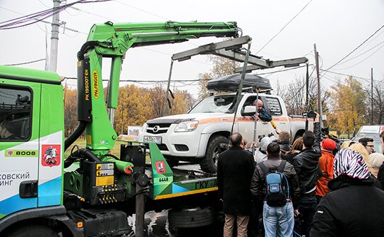 Автомобилист  просидел в своем пикапе Mazda примерно 22 часа, и ему вернули машину