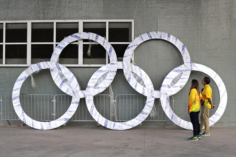 Темпы приготовления кОлимпиаде вызывали беспокойство у спортивных чиновников еще задолго доначала соревнований. В апреле вице-президент Международного олимпийского комитета (МОК) Джон Коатес назвал подготовку кпроведению Олимпиады-2016 «худшей вистории». На фото: рабочие 30 июля осматривают главный символ Олимпиады—олимпийские кольца, которые должны установить вОлимпийском парке Рио