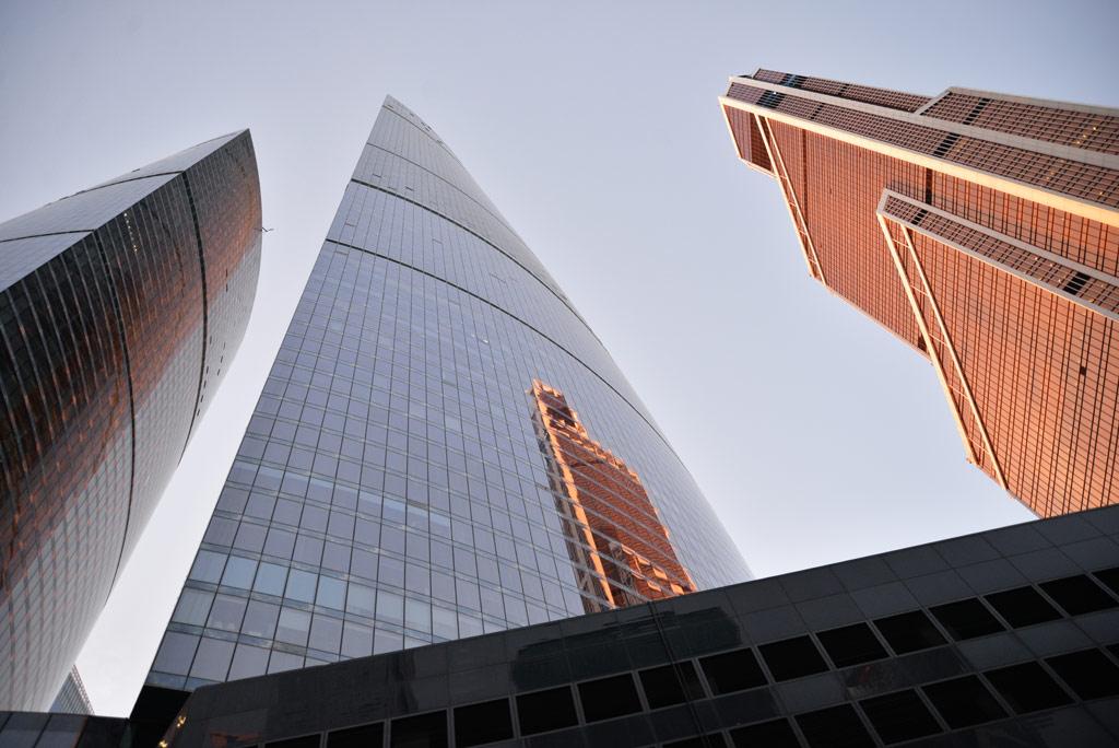 3-е место:338,8 м   «Меркурий Сити Тауэр» Количество этажей: 75 Адрес: «Москва-Сити», 14-й участок Средняя цена: 640тыс.руб./ кв.м   Оранжевая башня справа на фото