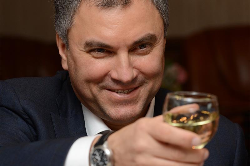 В администрации президента больше всего в 2015 году заработал первый заместитель руководителя администрации Вячеслав Володин — 87,1 млн руб. По сравнению с 2014 годом его личный доход вырос почти на 40%. По словам собеседника РБК в окружении Володина, основной источник его дохода — проценты по вкладам и ценным бумагам