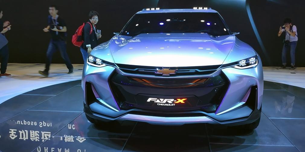 Chevrolet FNR-X  Концептуальный FNR-X развивает идеи шанхайского прототипа FNR двухлетней давности и показывает идею многоцелевого спортивного автомобиля, то есть фактически кроссовера, который мог бы конкурировать с Toyota CH-R или Nissan Juke. У концепта гибридная силовая установка, адаптивная подвеска и активные аэродинамические элементы. Есть и система полуавтономного управления, управляется электроника жестами, а водителю предлагается проекционный экран с технологией дополненной реальности. Центральной стойки нет, задние двери открываются против хода, а кресла могут разворачиваться на 180 градусов.