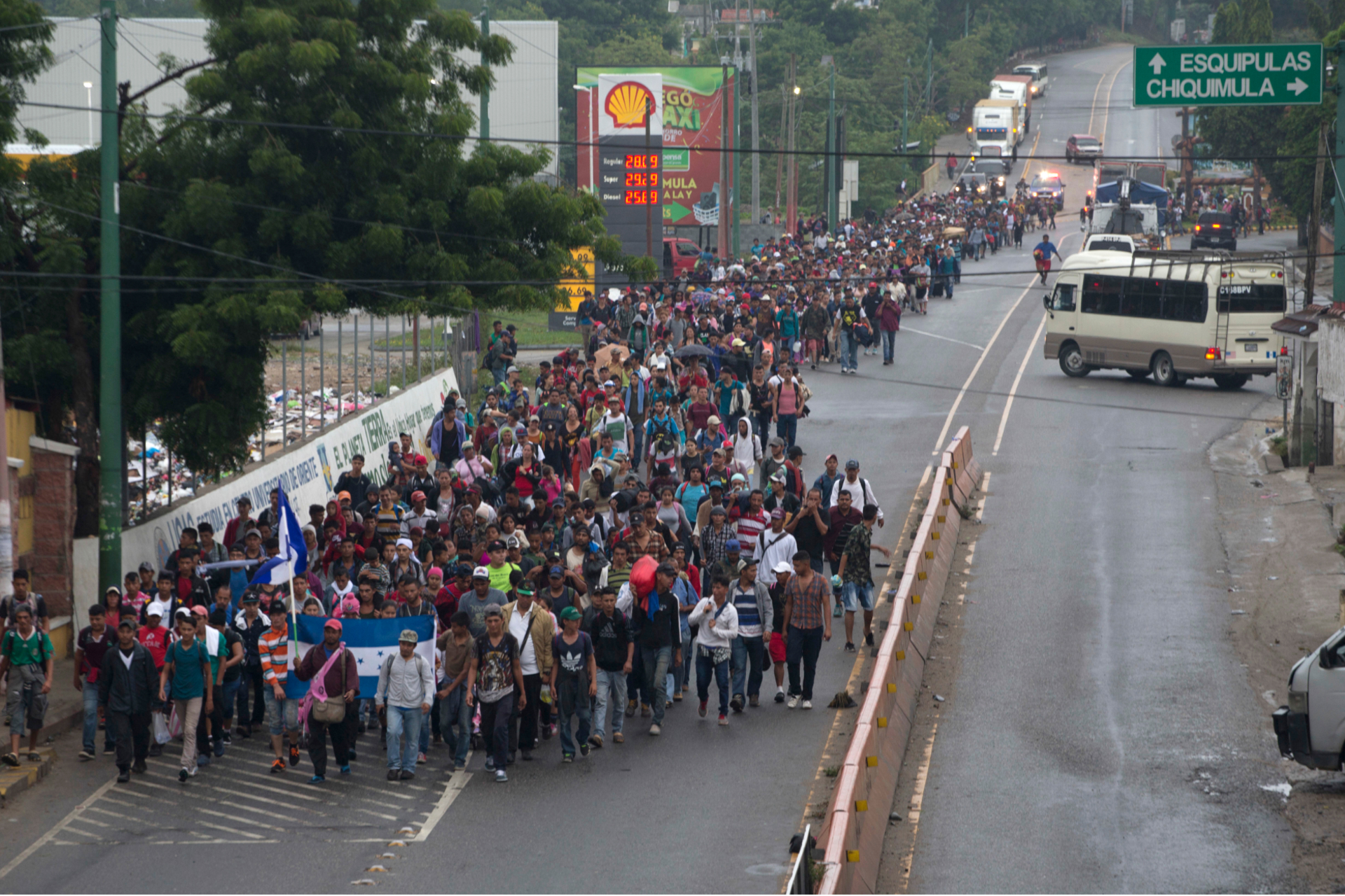Колонна мигрантов из Гондураса идет по городуЧикимула в Гватемале