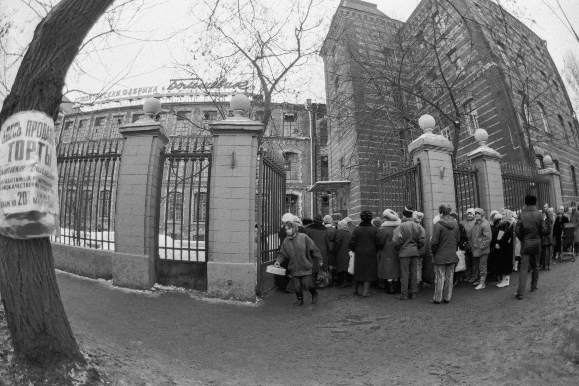 13 февраля 1992 года. Очередь за сладкой продукцией у проходной Московской кондитерской фабрики «Большевик»