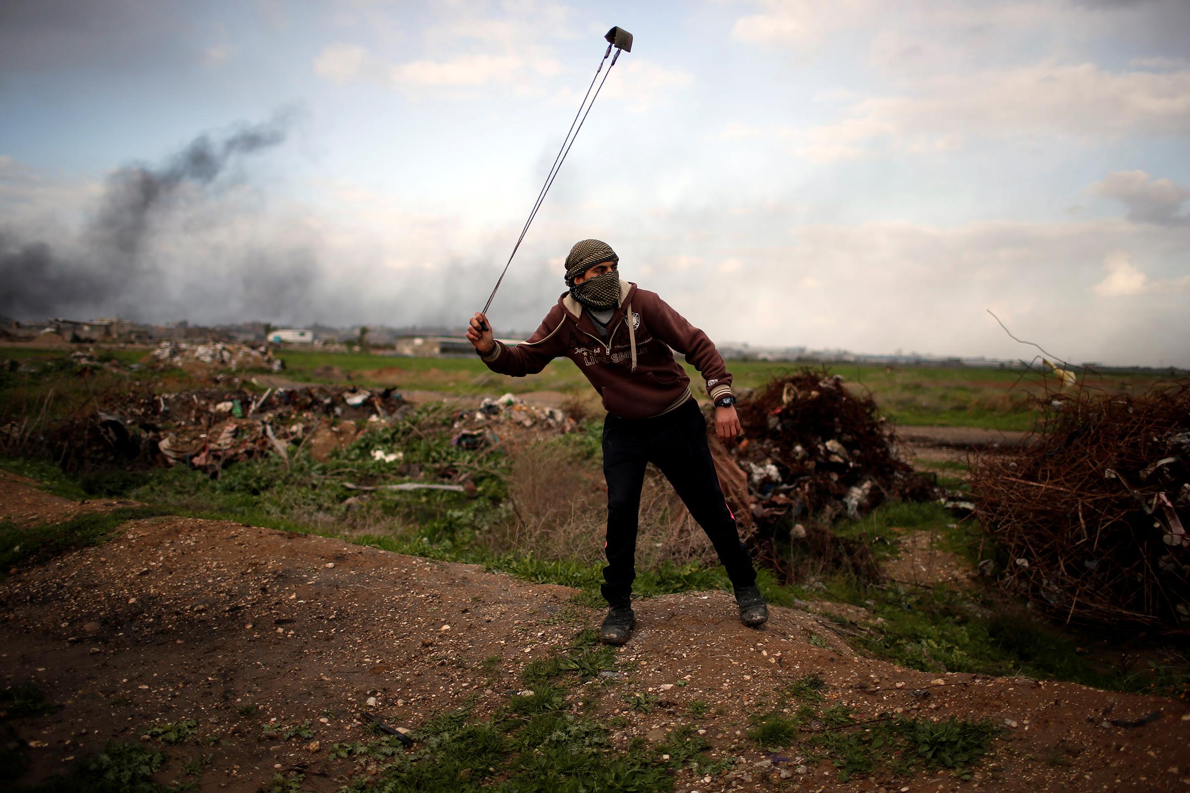 «Все, что я могу сделать, чтобы остановить решение Трампа, — взять эту веревку и бросать камни в израильских солдат, вооруженных с ног до головы. Я мечтаю, что однажды арабы и другие мусульмане объединятся в борьбе за возвращение нашей земли».