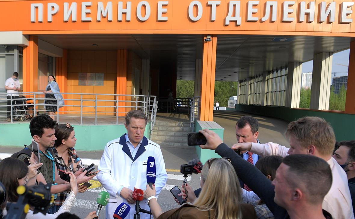Михаил Мурашко (в центре) около казанской республиканской детской клинической больницы
