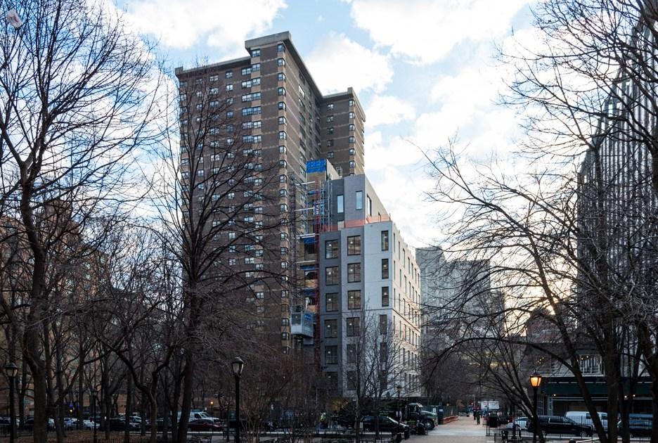 Carmel Place находится рядомспарком «Белвью» игородским университетом Нью-Йорка вманхэттенском районе Кипс-Бей