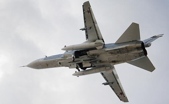 Российский истребитель-бомбардировщик Су-24 взлетает изаэропорта Латакии вСирии. 9 октября 2015 года