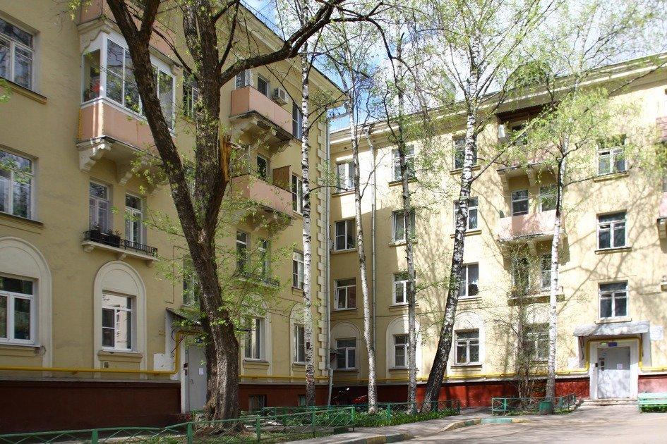 Среди других примеров ценной позднесталинской застройки — жилой дом на Кунцевской улице, 15