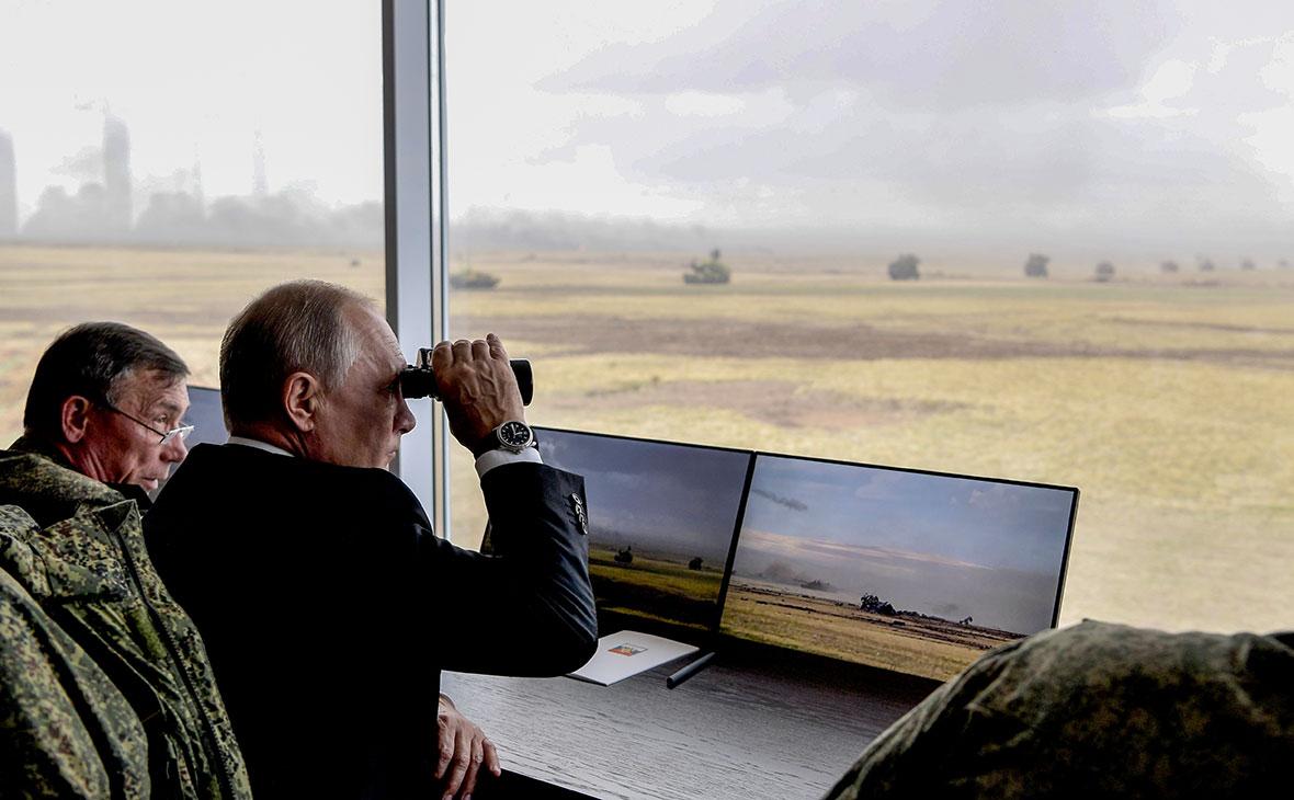 Владимир Путин во время наблюдения за стратегическими командно-штабными учениями