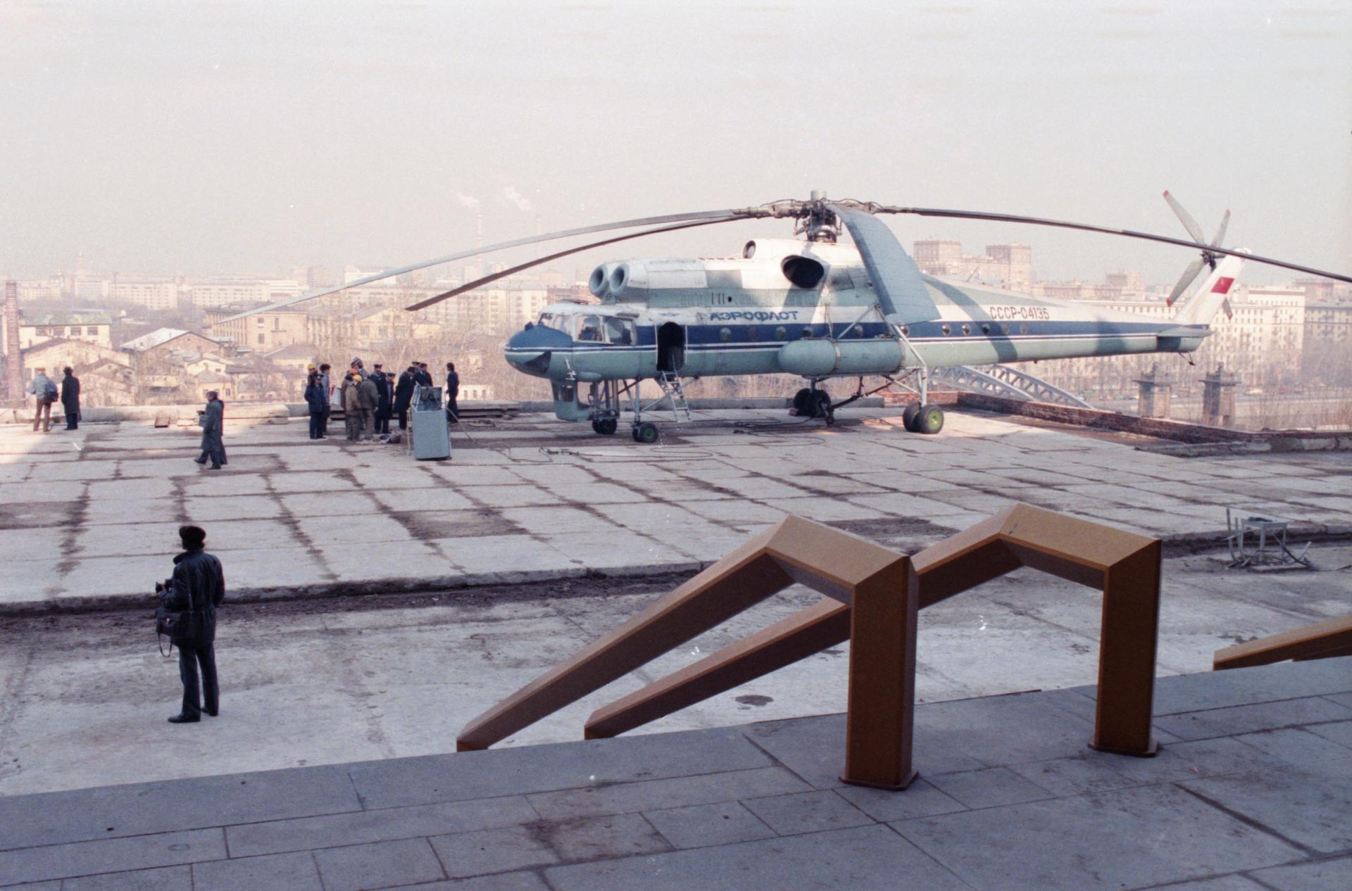 5 апреля 1990 года. Вертолет «МИ-10К» на монтажной площадке строящегося здания АН СССР