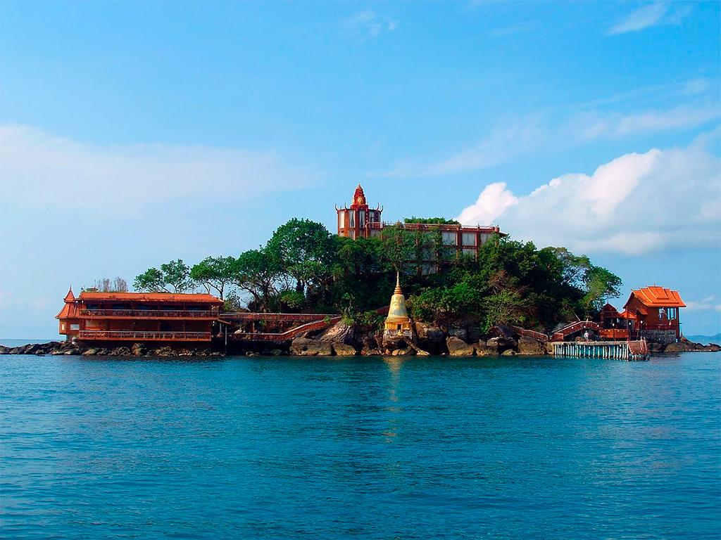 Полонский участвовал в реализации нескольких проектов за рубежом. Среди них — бутик-отель Mirax Resort, расположенный на острове Ко-Дек-Куль в Камбодже. Каждый из 12 номеров отеля отделан в экзотическом стиле с использованием дизайнерской мебели, предметов старины и национальных китайских и камбоджийских предметов декора. Остров находится в области, защищенной от ураганов и цунами, частых для этого региона