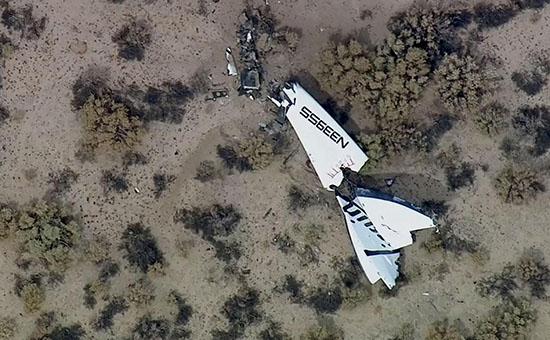 Обломки суборбитального корабля SpaceshipTwo в районе космопорта Мохаве в Калифорнии, США.
