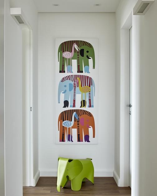 В проекте студии «Дизайн вкубе» детская зона начинается еще довхода вкомнату. Настроение задают слоны ипеликаны, изображенные настене у двери