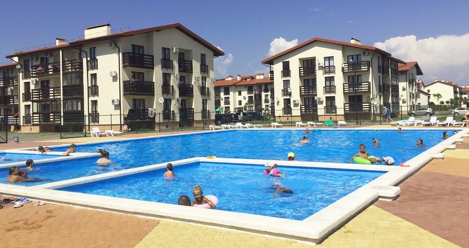 На фото— «Резиденция Утриш», поселок площадью 14 га сдвух- итрехэтажными домами на840 квартир. Все корпуса сданы вэксплуатацию