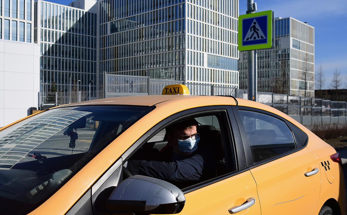 Такси у здания больницы, предназначенной для пациентов с подозрением на коронавирус, в московском поселке Коммунарка