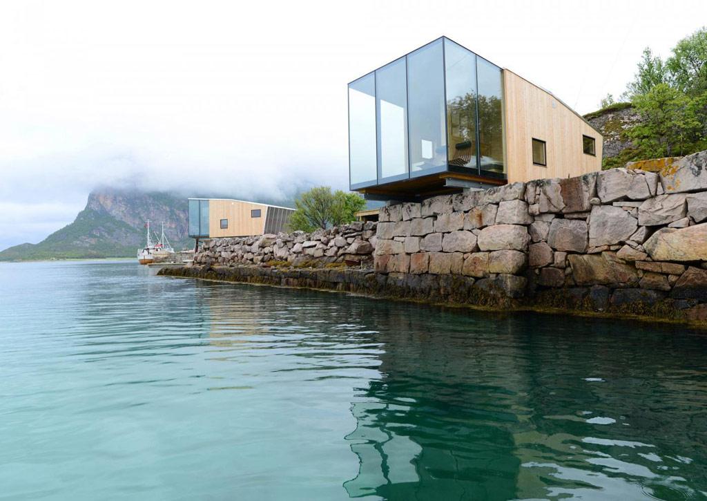 Проект норвежского архитектурного бюро Snorre Stinessen, победивший в номинации «Архитектура, строительство и дизайн зданий», представляет собой мини-гостиницу из нескольких номеров-кабинок, выполненных из стекла, древесины и алюминия