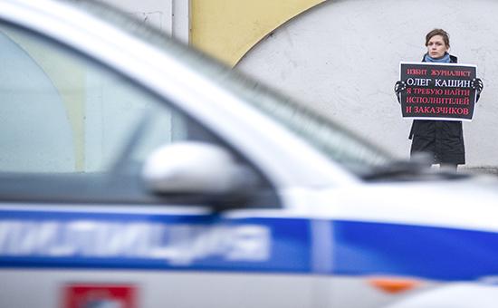 Участница одиночного пикета у здания ГУВД Москвы стребованием расследовать избиение журналиста Олега Кашина. Архивное фото