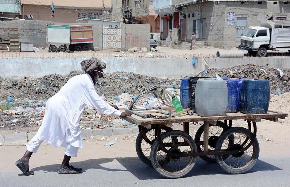 Случаи гибели из-за обезвоживания и тепловых ударов для пакистанцев — привычное явление. Воздух здесь прогревается до 47,8 градуса