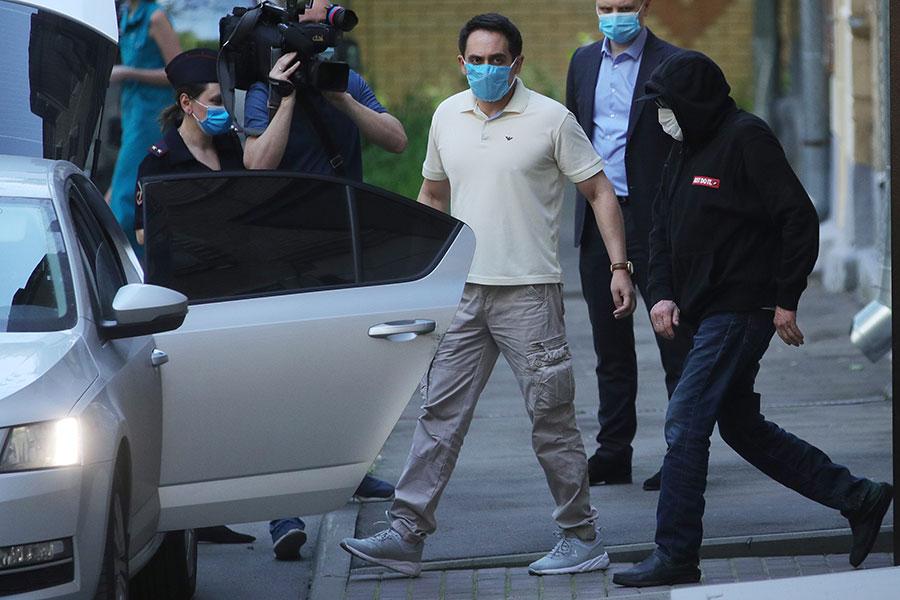 Михаил Ефремов (справа) выходит из дома перед отъездом на допрос в УВД