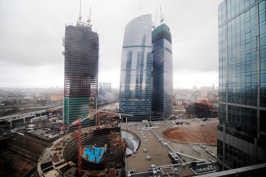 Деловой комплекс «Башня Федерация» состоит из двух небоскребов: «Восток» высотой 101 этаж и «Запад» на 63 этажа. В комплексе размещены элитные офисы и апартаменты, первые шесть этажей занимает атриум. «Федерация» является самым высоким небоскребом в Европе («Восток» имеет 374м в высоту). Плита фундамента под башней занесена в Книгу рекордов Гиннессакак самая большая в мире (14 тыс. куб. м бетона)  На фото: вид на строящийся комплекс«Федерация» (в центре) на территории ММДЦ«Москва-Сити». 2009 год