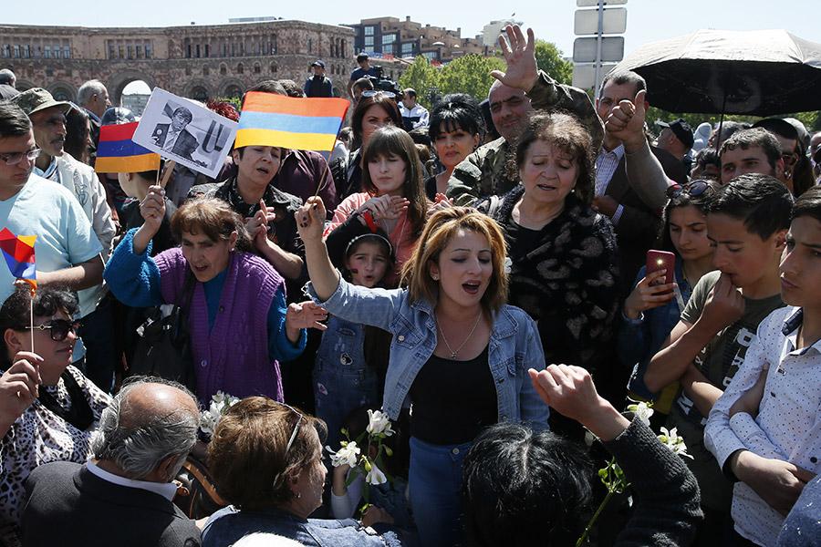 Сторонники оппозиции собираются в центре Еревана перед шествием
