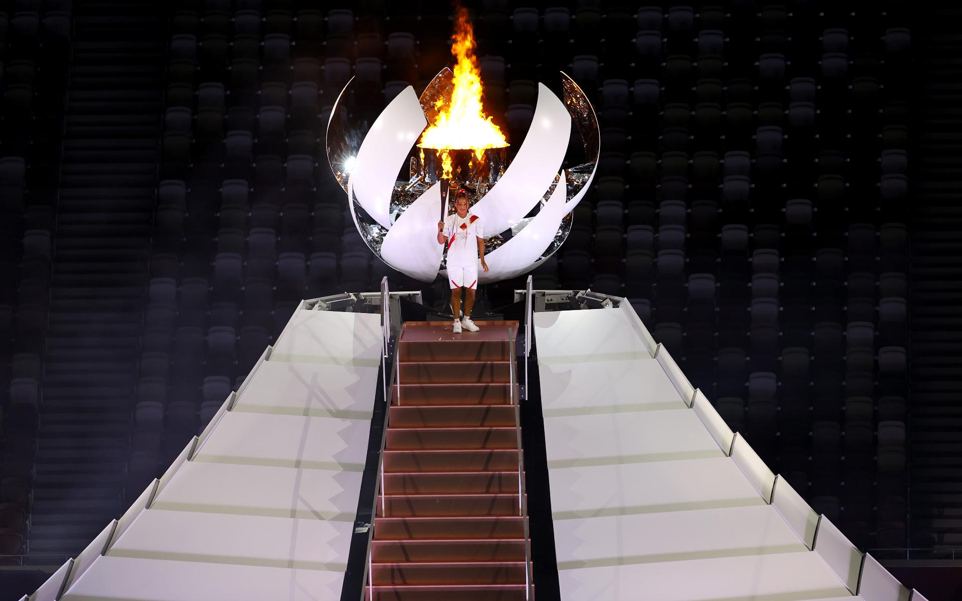 Фото: Наоми Осака и олимпийский огонь (Getty Images)