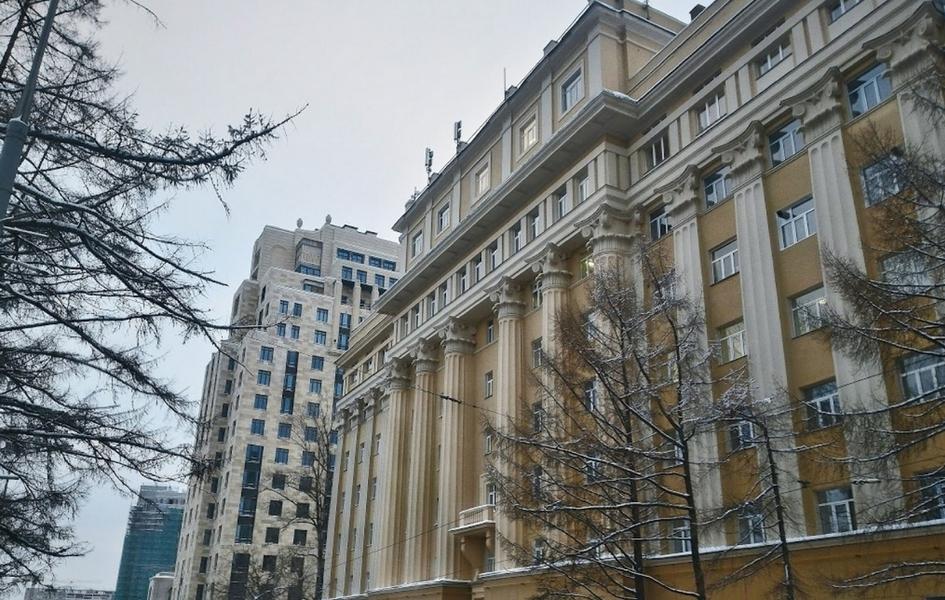 Несколько корпусов Российского университета дружбы народов (РУДН) расположены наулице Орджоникидзе