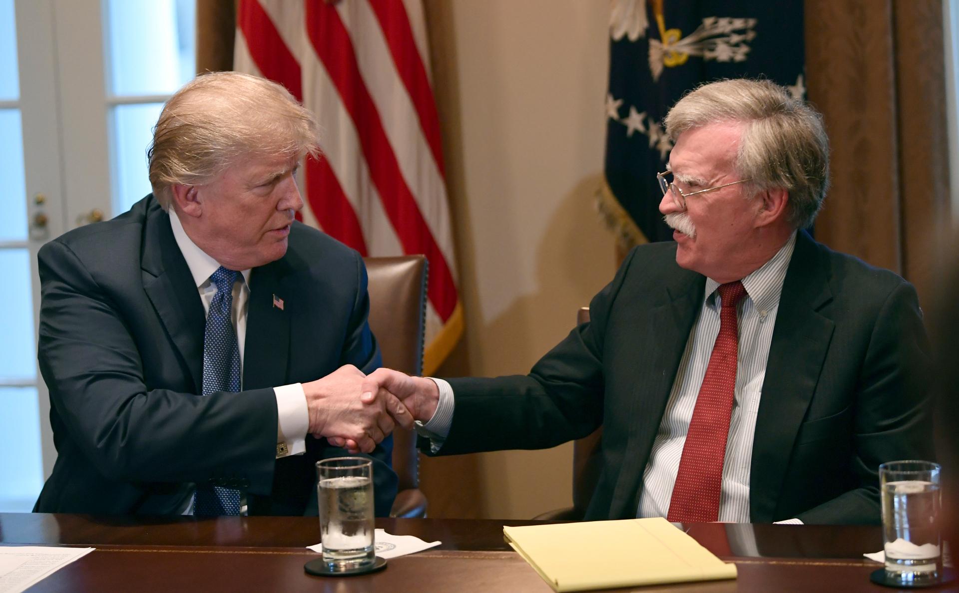 Дональд Трамп (слева) и Джон Болтон