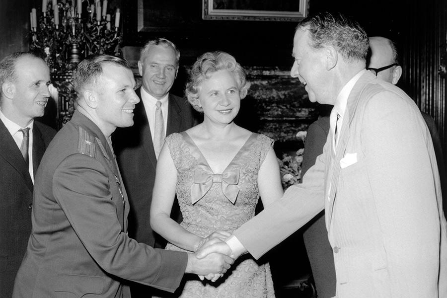 Юрий Гагарин с лидером Лейбористской партии Хью Гэйтскеллом и королевой Елизаветой II, 11 мая 1961 года