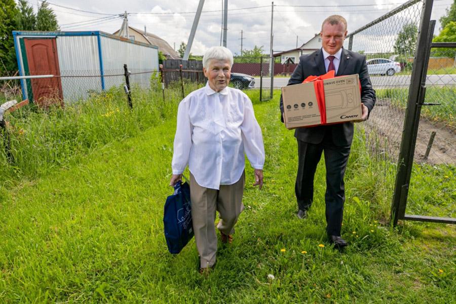 Жительница Орехово-Зуево с микроволновкой, которую она выиграла в  антикоронавирусной лотерее