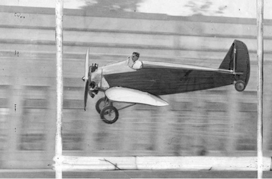 Испытатель Гарри Брукс на единственном экземпляреFord Flivver примерно за полгода до аварии
