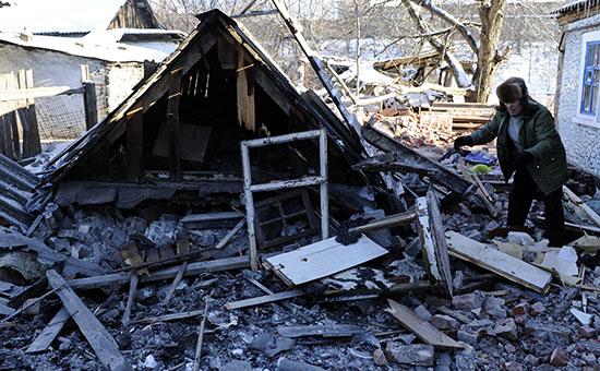 Житель Донецка у разрушенного жилого дома после артобстрела.