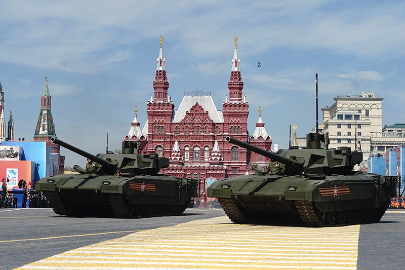Танк Т-14 «Армата»  6 сентября Минобороны России заключило сУралвагонзаводом контракт напоставку более 100 единиц танка нового поколения Т-14 «Армата». Стоимость одного танка, пословам гендиректора УралвагонзаводаОлега Сиенко, составляет 250 млн руб.  Таким образом, общая сумма контракта может превысить25 млрд. Первые сто танков станут опытной партией, сообщил журналистам замминистра обороны Юрий Борисов врамках форума. По его словам, у имеющейся навооружении Российской армии техники большой потенциал длямодернизации, поэтому ведомство неторопится принимать танк навооружение. Впервые Т-14 был представлен напараде 9 Мая в2015 году