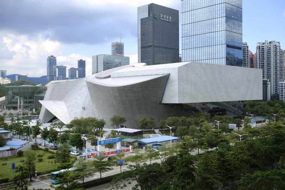Повышенный спрос нанедвижимость привел ктому, чтовласти Шэньчжэня решили осушить5,5тыс. га Южно-Китайского моря исравнять сземлей 50кв. км близлежащих гор радистроительства новых домов. Мегаполис фактически сливается ссоседними Гуанчжоу, Гонконгом иМакао вединую агломерацию собщим рынком труда на120 млн человек