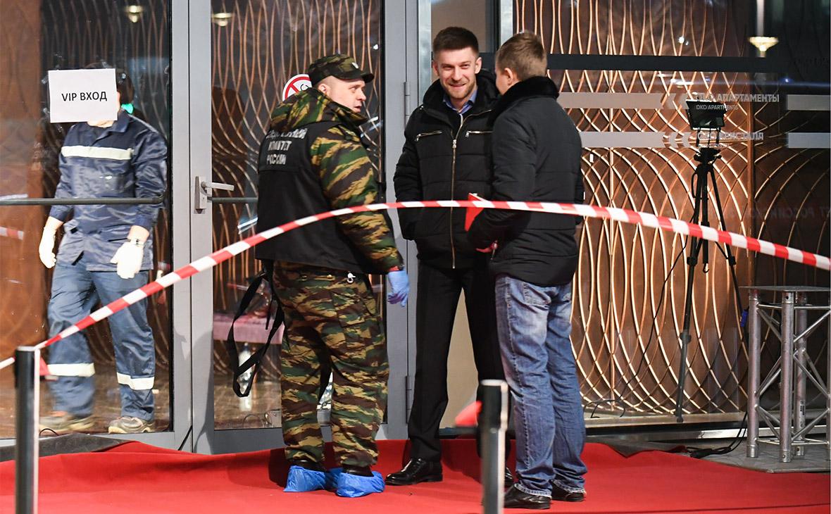 Сотрудники правоохранительных органов у входа в башню «Око» делового центра «Москва-Сити», где в ночь на 18 ноября в одном из ресторанов произошла стрельба