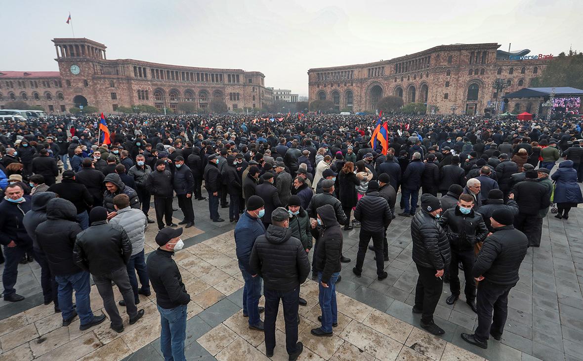 Представители оппозиции на площади около здания правительства